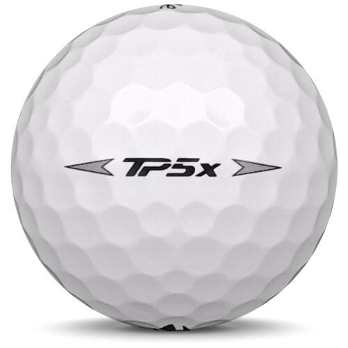 Golfboll av modellen TaylorMade TP5x i 2020 års version med vit färg från sidan