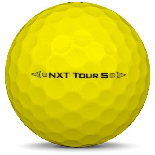 Golfboll av modellen Titleist NXT Tour S i 2017 års version med gul färg från sidan