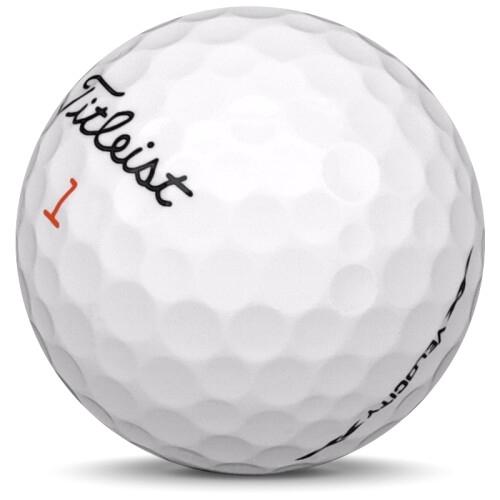 Golfboll av modellen Titleist Velocity i 2021 års version med vit färg sned bild